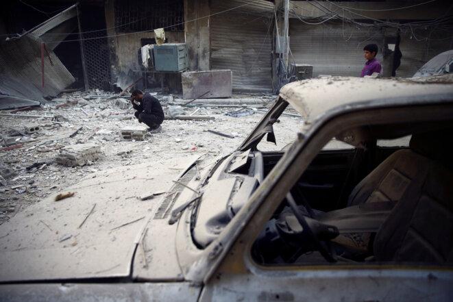 Après un bombardement, le 17 novembre 2017 à Douma, dans la plaine syrienne de la Ghouta. © REUTERS/Bassam Khabieh