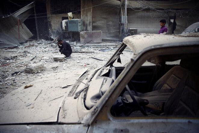 Tras un bombardeo, el 17 de noviembre de 2017 en Douma, en el valle de Guta. © REUTERS/Bassam Khabieh