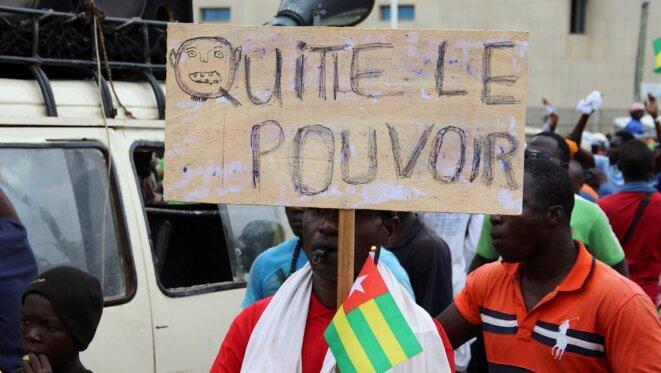 """""""Quitte le pouvoir"""", un manifestant s'adresse à Faure Gnassingbé"""