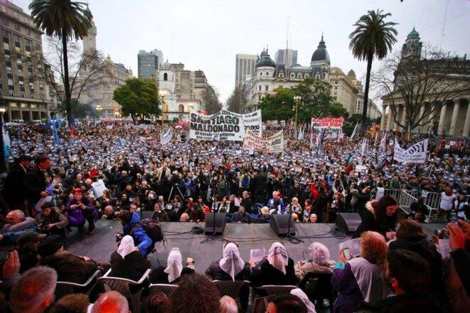 Mobilisation sur la plaza de Mayo, à Buenos Aires, le 11 août 2017, exigeant la 'réapparition' de Santiago Maldonado © Wikipedia.