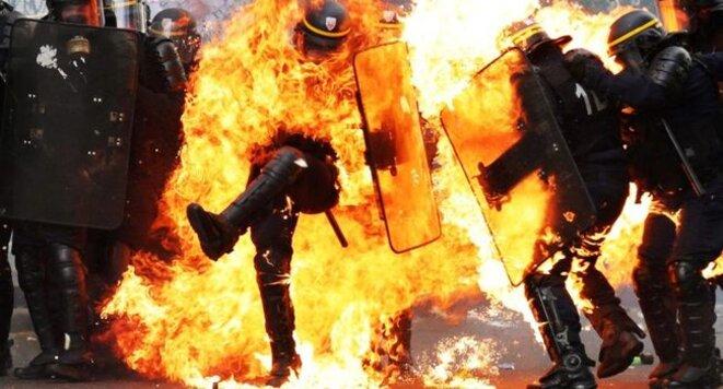 Un CRS en feu le 1er mai 2017. Une image forte qui a fait le tour du monde en quelques heures. © APF/ZAKARIA ABDELKAF