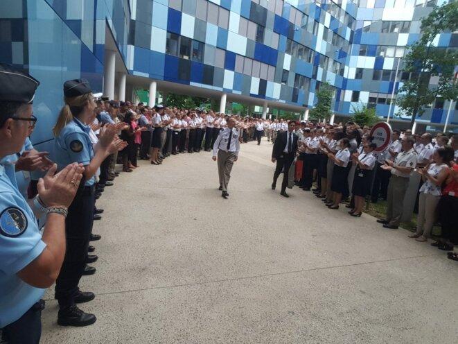 Haie d'honneur et applaudissements des militaires pour le général d'amée Pierre De VILLIERS à son départ © EMA