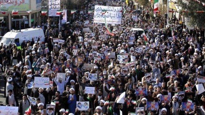 Des dizaines de milliers d'Iraniens manifestent leur soutien au gouvernement