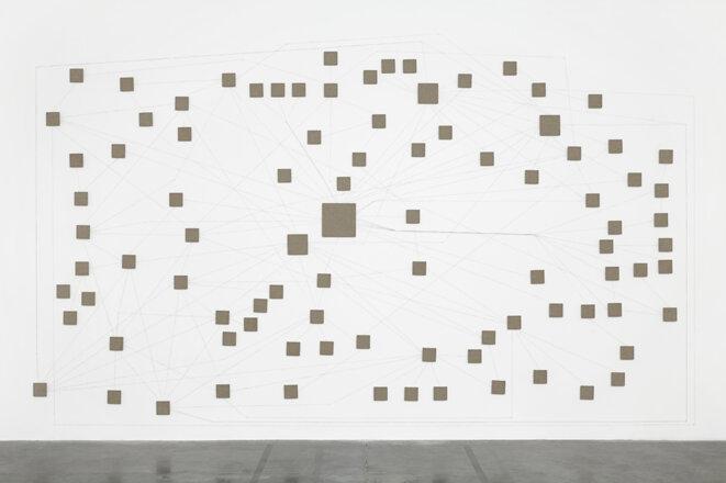 "Jean-Benoît Lallemant, ""Birth of a Nation, Al-Qaeda Islamic Maghreb Organizational Wall Chart v1.3 (2013)"", toile de lin,  carton ondulé, 300 x 500 cm, 2014. © Jean-Benoît Lallemant"