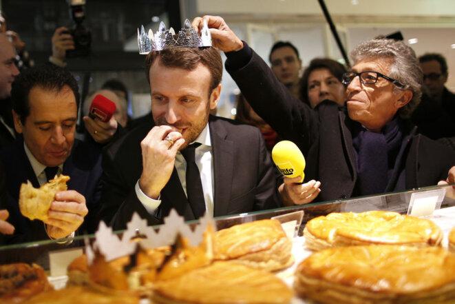 Emmanuel Macron, alors ministre de l'économie dégustant une galette des rois en Janvier 2016.