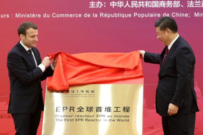 Emmanuel Macron et Xi Jinping dévoilant le 9 janvier une plaque pour le lancement du premier EPR dans le monde. © Reuters