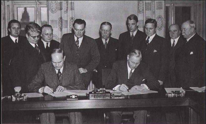 La signature de l'accord de Saltsjöbaden en 1938 entre syndicats et patronat suédois. © DR