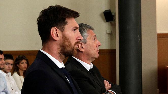 Lionel Messi et son père Jorge (à l'arrière-plan) lors de leur procès pour fraude fiscale, en juin 2016 à Barcelone. © Reuters