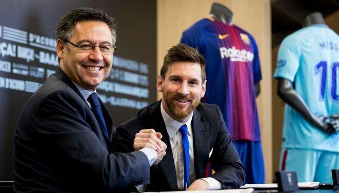 El presidente del Barça, Josep María Bartomeu, y Lionel Messi tras la firma del contrato, el 25 de noviembre de 2017. © Reuters