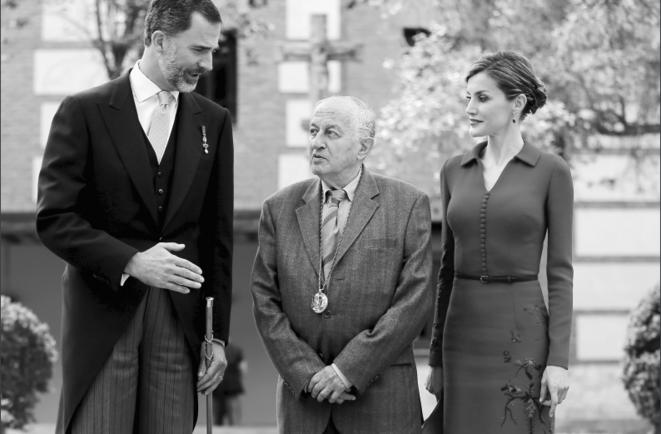 """Juan Goytisolo avec le roi d'Espagne Felipe et la reine Letizia, après avoir reçu le prix littéraire """"Premio Cervantes"""", 2015 © Sergio Perez - Reuteurs"""
