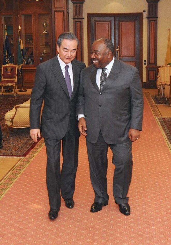 AUDIENCE AU PALAIS DU BORD DU BORD -Le président Ali Bongo Ondimba et  le Chef de la diplomatie chinoise, S.E. WANG YI.jpg