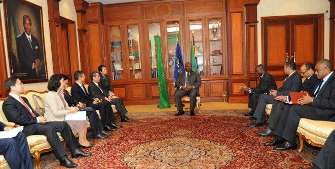 AUDIENCE - Le président Ali Bongo Ondimba, son cabinet et le diplomate chinoise, S.E. WANG YI