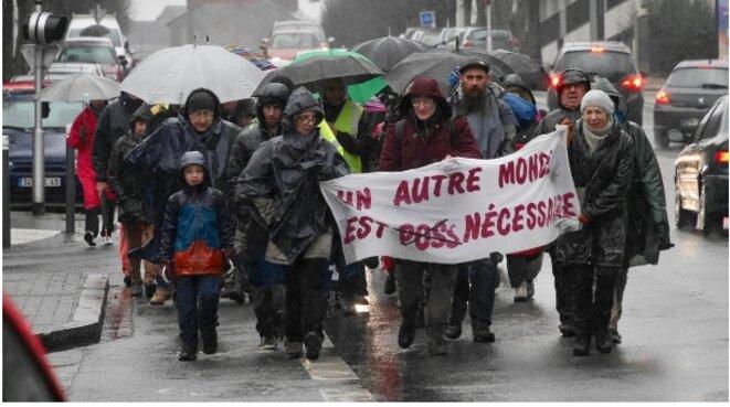 """Marche partie le 7 janvier du """"camp des expulsés"""" à Angers, sous la pluie, pour rejoindre Paris le 21 janvier, avec l'espoir d'y rencontrer les autres marcheurs de l'Hexagone"""