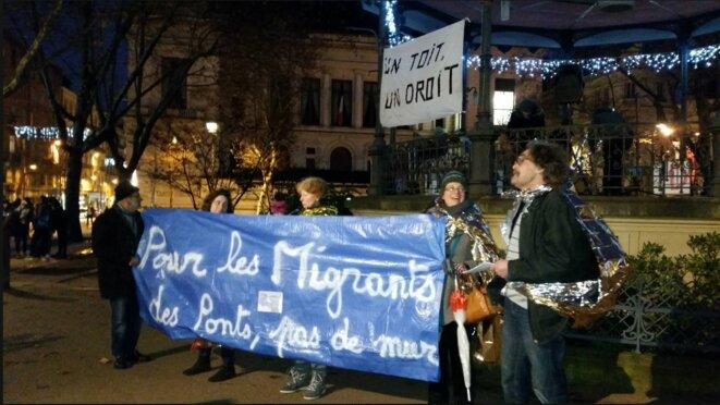 Manifestation à Saint-Etienne le 18 décembre : 300 personnes réclamant des ponts, pas des murs pour les migrants [Ph. compte Facebook d'Agir Ensemble]