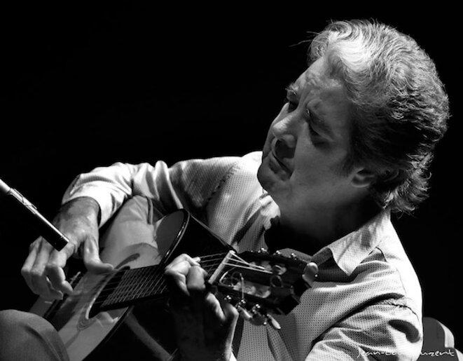Rafael Riqueni ne faisant qu'un avec sa guitare © Jean-Louis Duzert
