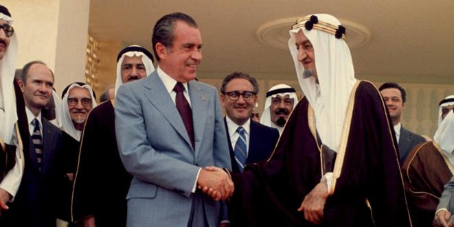 Richard Nixon et le roi Fayçal. En arrière-plan, Henry Kissinger. © dr