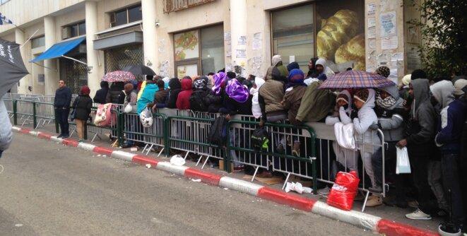 La file d'attente est bondée devant les services d'immigration israéliens, à Tel Aviv le 17 janvier 2018. © C. D.