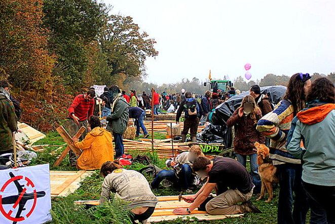 Volontaires construisant une cabane dans la ZàD © Llann Wé - Wikimedia Commons