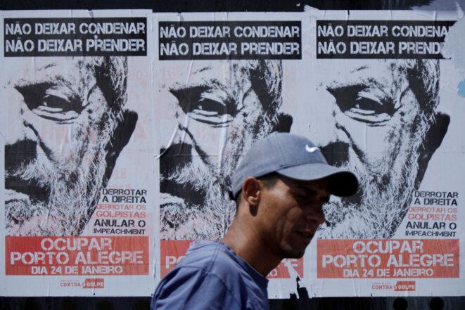 «Occupez Porto Alegre», clame une affiche de soutien à Lula. © Reuters