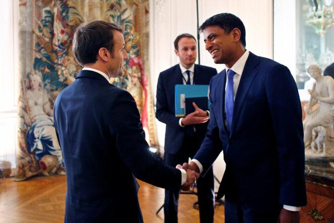 Emmanuel Macron salue à Versailles le 22 janvier le dirigeant du groupe pharmaceutique suisse Novartis, Vasant Narasimhan. © Reuters