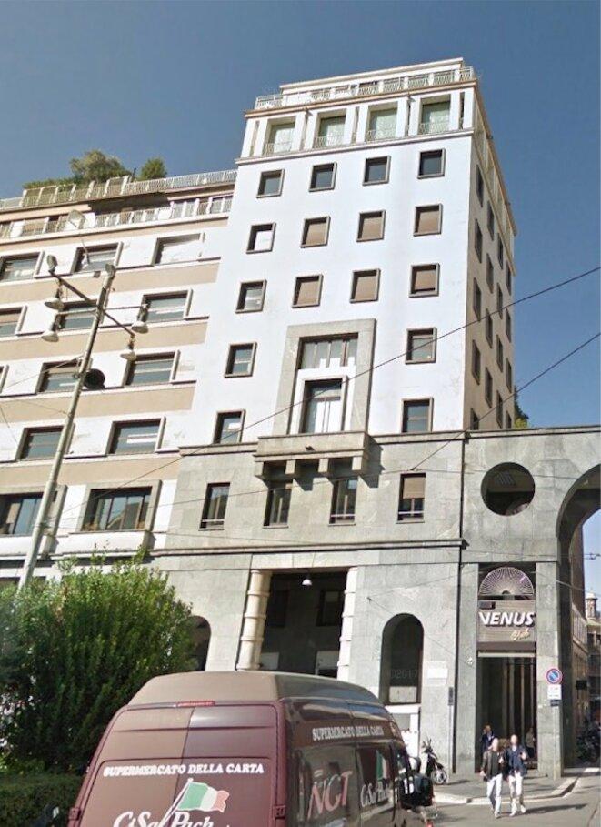 L'appartement milanais du patron de Gucci est au dernier étage de cet immeuble, situé dans l'un des quartiers les plus chics de la ville, à deux pas du Duomo © Google Street View