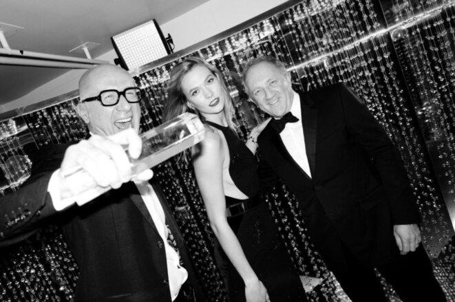Marco Bizzarri (à gauche) avec la mannequin Karlie Kloss et son patron François-Henri Pinault (à droite), après avoir reçu le prix de l'International Business Leader lors des Fashion Awards britanniques, en décembre 2016 à Londres © British Fashion Council