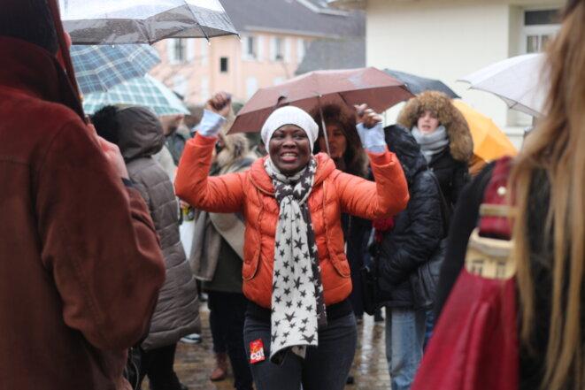 Débrayage le 25 janvier devant la mairie de L'Haÿ-les-Roses, pour protester contre la précarisation du personnel de nettoyage © MG