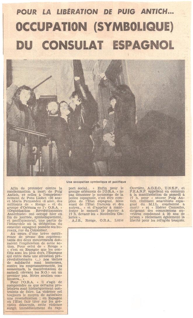 Article paru dans « La Nouvelle République» le 18 janvier 1974 sur l'occupation du Consulat espagnol d'Orléans. Sur la photo, l'un des occupants brandit un pied-de-biche. © archives privées