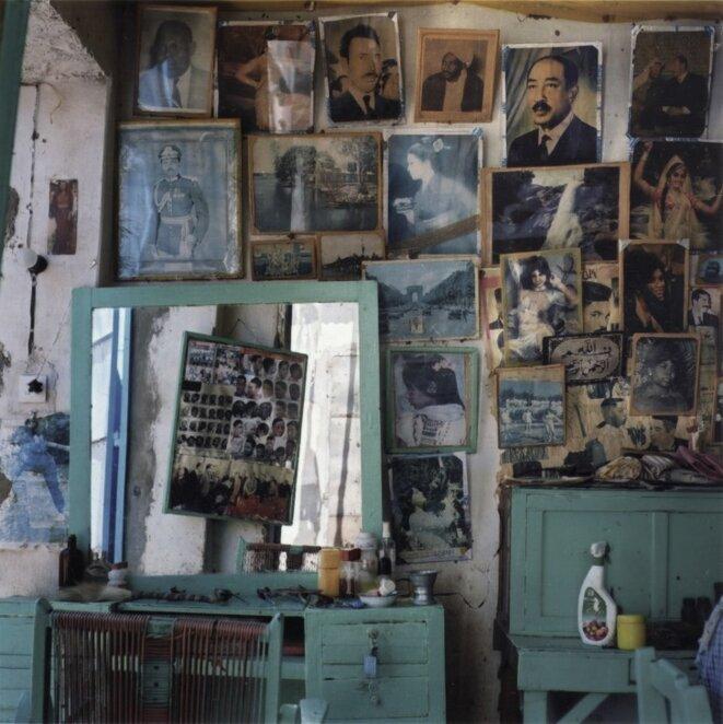 """Claude Iverné, """"Barbier & Salon de coiffure, tribu Zaghawa, Geneina, Darfour ouest"""", décembre 2005, """"De la couleur"""", Galerie Agathe Gaillard, 2017-18 © Claude Iverné / Elnour"""