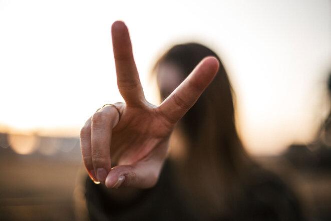 femme-victoire-main-doigts