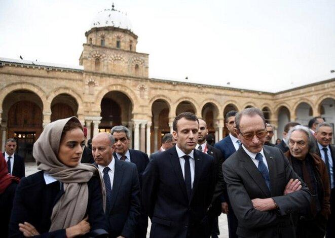 Emmanuel Macron et Bertrand Delanoë, dans la médina de Tunis. © Reuters
