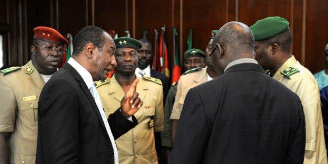 Alpha Condé avec des officiers supérieurs, en 2011, au Palais du peuple de Conakry. © Vincent Fournier pour Jeune Afrique