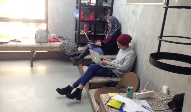 Deux Palestiniennes travaillent dans l'incubateur de startups à Rawabi, le 30 janvier 2017. © C. D.