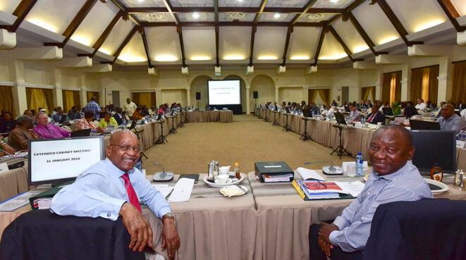 Jacob Zuma (à gauche) et Cyril Ramaphosa tout sourires lors d'une réunion de cabinet fin janvier 2018. © GCIS