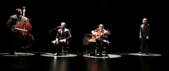 Chacun dans sa bulle, à la contre-basse Pablo Martin Caminero, au cante David Carpio, à la guitare Manuel Valencia et à la danse Manuel Liñan © Jean-Louis Duzert