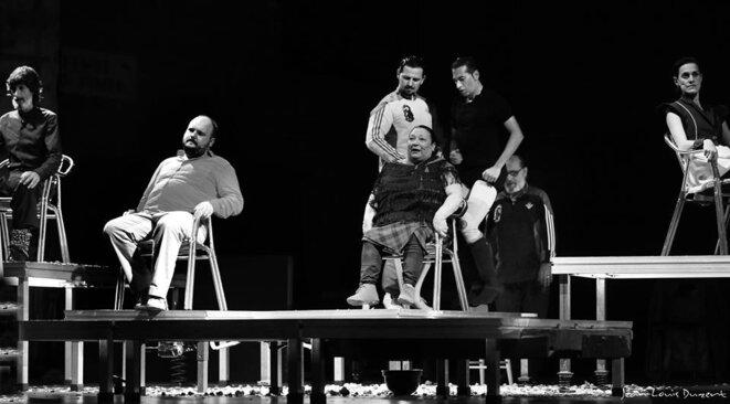 Israël Galvan entouré de ses artistes sur une scène jonchée d'immondices © Jean-Louis Duzert