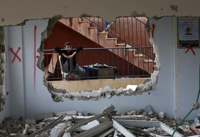 Un adolescent palestinien observe sa maison détruite par les forces de sécurité israéliennes, à Jabel Mukaber, un quartier à majorité arabe de Jérusalem-Est. © Reuters