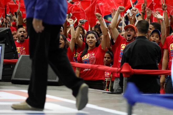 Des militants saluent l'arrivée de Nicolas Maduro lors d'un meeting de son nouveau mouvement, Somos Venezuela, le 7 février à Caracas. © REUTERS/Marco Bello