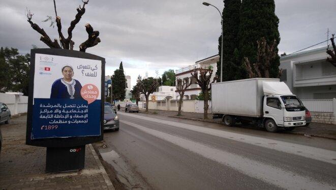 À Tunis, une affiche clame : « Tu es victime de violences ? Que dois-tu faire ? Tu peux appeler ce numéro, ou te diriger vers des associations. » © L. B.