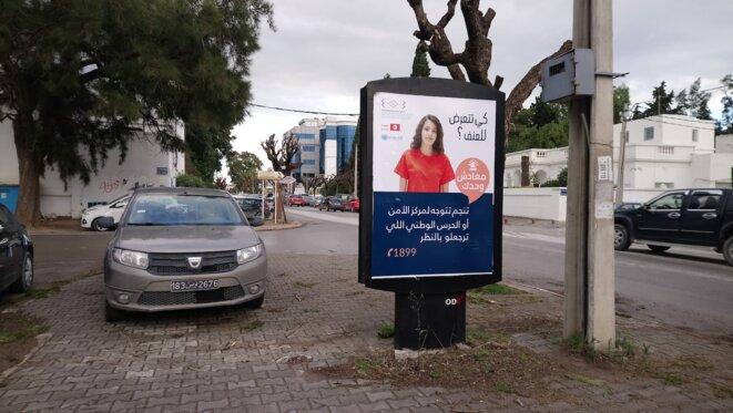 « Tu n'es pas seule, tu peux appeler le commissariat de police ou la garde nationale », dit l'affiche de la campagne contre les violences faites aux femmes. © L. B.