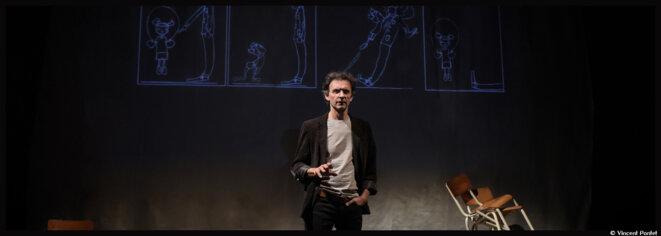Laurent Natrella rend hommage à Pennac dans Chagrin d'école au Studio de la Comédie-Française © Vincent Pontet, collection Comédie-Française