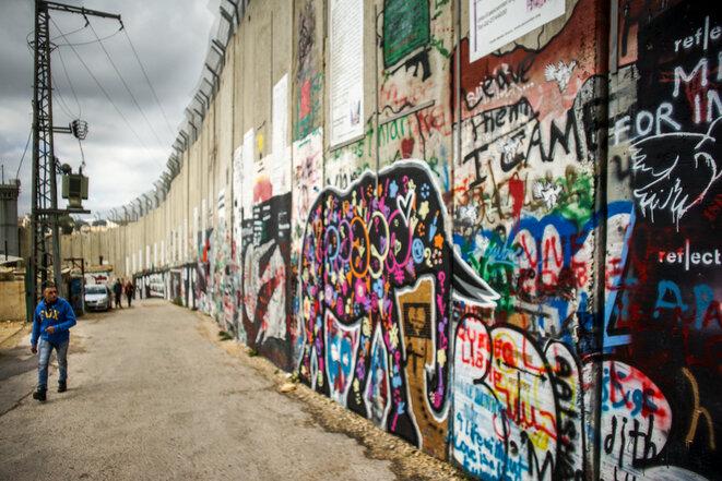 """El muro de separación entre Israel y los Territorios Palestinos en Belén. Un grafitti inspirado en el artista Banksy, con una cita de Nelson Mandela: """"Sabemos muy bien que nuestra libertad es incompleta sin la libertad de los palestinos"""". © Thomas Cantaloube"""