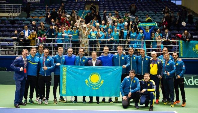 L'équipe nationale kazakhe de tennis posant avec Bulat Utemuratov