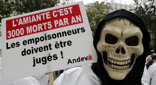 Lors d'une manifestation pour les victimes de l'amiante en France. © Reuters