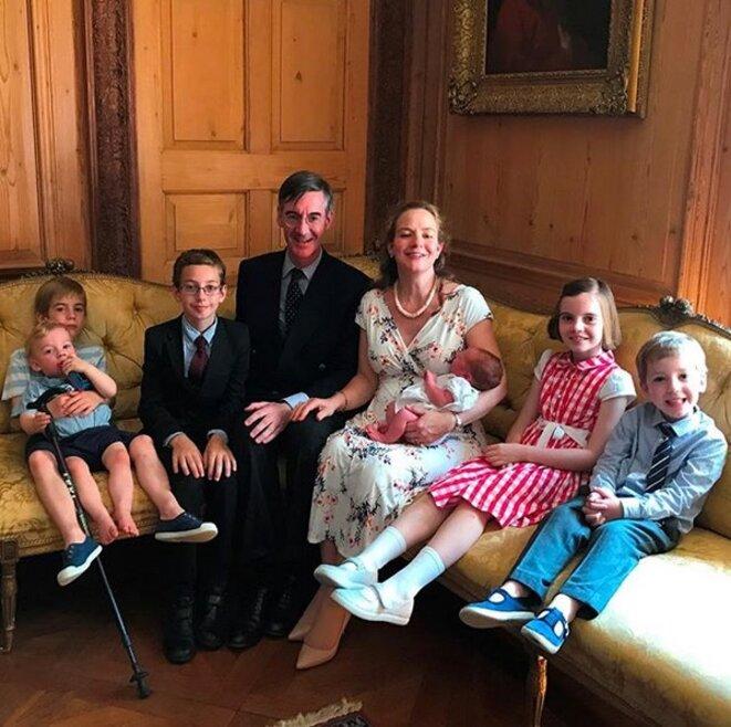Jacob Rees-Mogg dans son manoir avec sa femme et leur fille et leurs cinq garçons (compte Instragram de Jacob Rees-Mogg).
