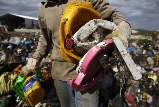 Un Palestinien collecte des déchets plastiques dans le village de Kfar Rai, en Cisjordanie © Reuters