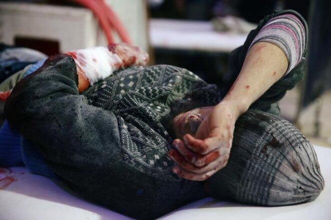 Un blessé est traité à Douma, le 20 février. © Reuters
