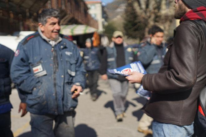 Distribution de tracts à la sortie de l'usine de Ficantieri, dans les quartiers ouest © AP