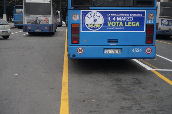 Quelques bannières électorales sont visibles sur les autobus (ici la Ligue du Nord et au dernier plan, Liberi e Uguali) © AP