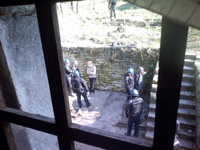 Interpellations ce jeudi matin dans la cour de la Maison associative de la Résistance, à Bure.